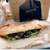 Des sandwichs au pain croustillant avec 4 boulettes