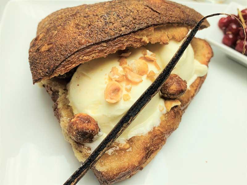 le pain perdu en pain sandwich feuilleté triangle en version sucrée à consommer avec une boule de glace