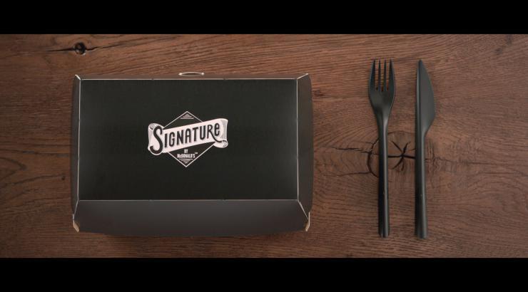 Le burger gourmet Signature dans tous les McDo français avec des couverts