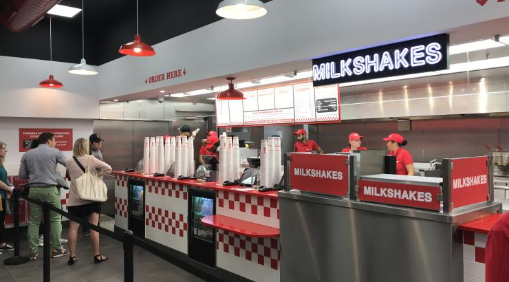 Five Guys ouvre son 9e restaurant à Paris-Gare du Nord et propose son breakfast