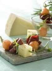 Piques de fromage de brebis, roquette, melon, magret fumé