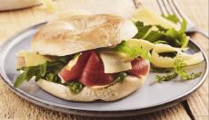 Bagels : Raclette de Savoie, jambon cru et pesto de roquettes