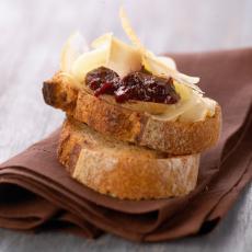 Tartine de fromage de brebis Pyrénées à la confiture de cerises noires