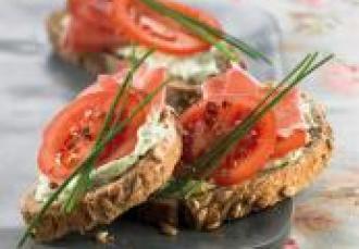 Tartine de tomates grappe à la Brousse