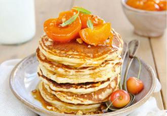 Pancakes au lait de chèvre et abricots rôtis au miel